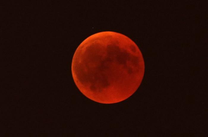 血月降临人间,为沉闷的黑夜增上一点色彩。