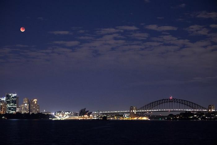 悉尼夜空出现血月。