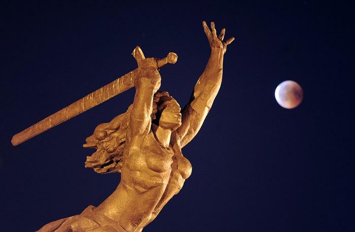 波兰华沙有摄影师利用血月,为尼姬雕像增添背景。