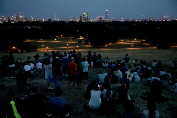 伦敦市民到摄政公园附近,欣赏罕有的天文奇景。