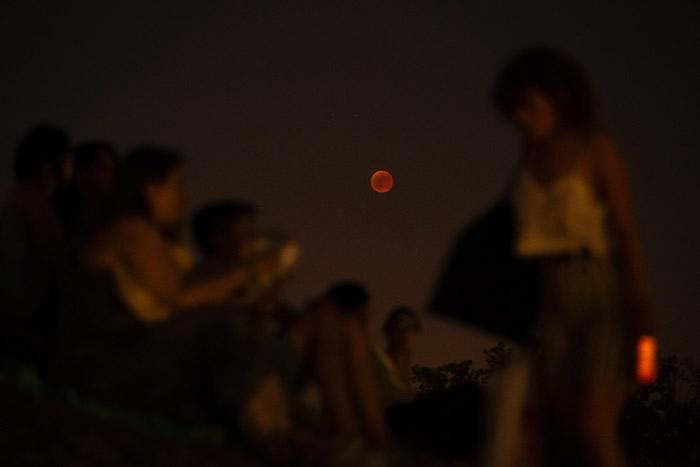 西班牙首都马德里有市民聚集,观赏血月。