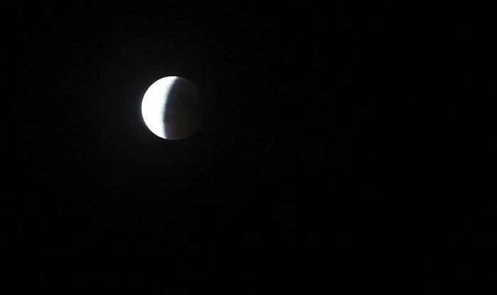 月亮首先会出现月偏蚀,之后再出现血月。
