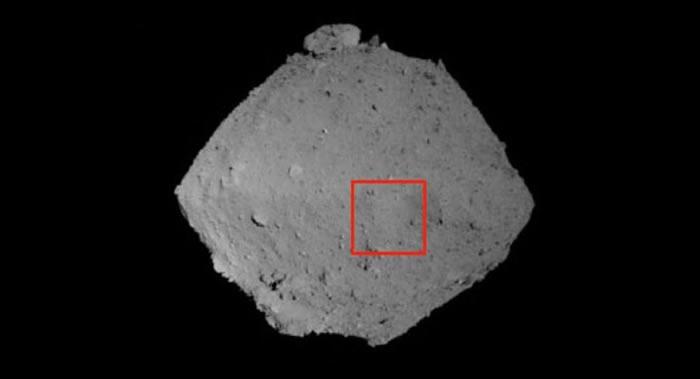 """日本""""隼鸟-2""""探测器从距离小行星""""龙宫""""表面930米的空中拍下其图像"""