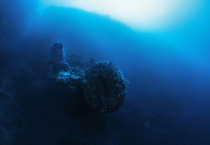 """寻宝猎人宣称在百慕大三角打捞古代沉船时发现""""外星人太空船""""残骸"""