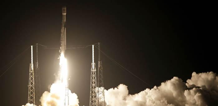 """搭载印尼Merah Putih通信卫星的SpaceX""""猎鹰9号""""运载火箭发射升空"""