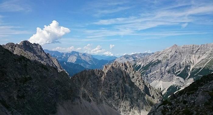 三名登山者在攀登奥地利蒂罗尔州阿尔卑斯山顶峰时不幸坠亡