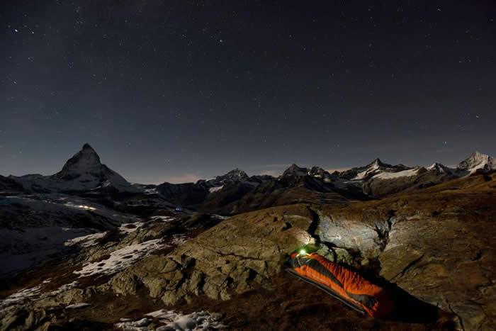 一位意大利探险家以壮丽的马特洪峰(Matterhorn)为背景,安稳地躺进了他的睡袋。 PHOTOGRAPH BY ROBBIE SHONE