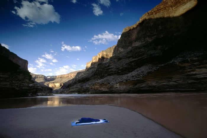 一位孤身睡觉的人,睡在大峡谷科罗拉多河的河口沙洲上。 PHOTOGRAPH BY DAWN KISH, NATIONAL GEOGRAPHIC CREATIVE