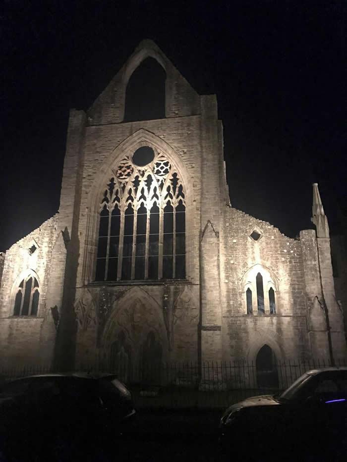 """英国少女到威尔士的廷特恩修道院拍照探险 观看照片惊见窗口站着""""巨大白衣修道士"""""""