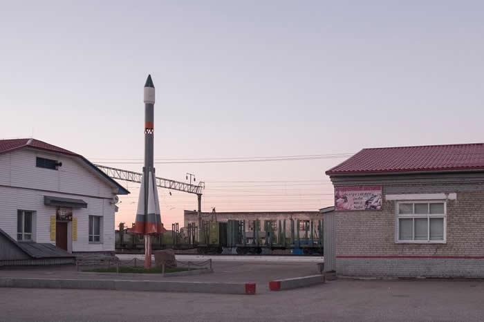 一艘迷你火箭,在普列谢茨克火车站附近伫立守护着。这是距离同名太空发射基地约4公里的小镇。 PHOTOGRAPH BY RAFFAELE PETRALLA