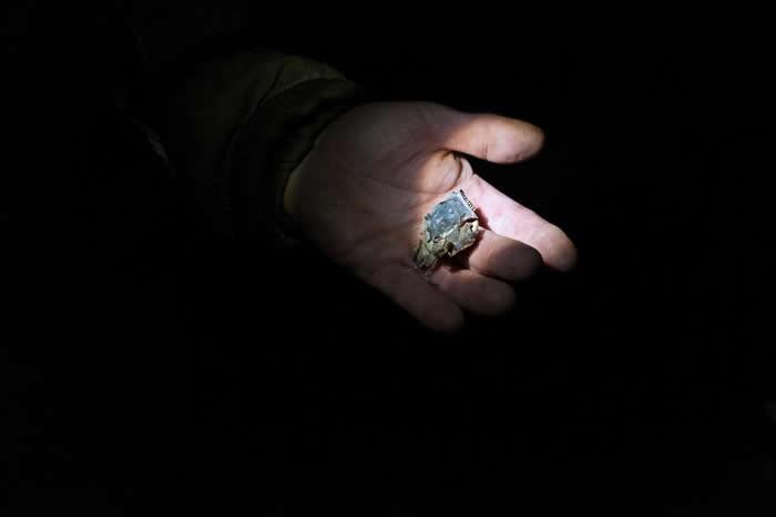 帕维尔‧波波夫炫耀一块含有黄金的火箭零件。 PHOTOGRAPH BY RAFFAELE PETRALLA