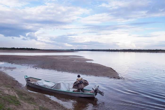 驾着火箭船的渔夫,带着船上的渔获靠岸。他住在只有居民只有四人的小村子里,距离拜伽村(Bychye)要十小时船程。他必须在河上行驶三天,才能抵达比较大的村落,卖掉