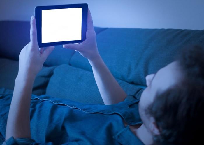 手机蓝光诱发眼睛产毒素 或加速黄斑部退化最终导致失明