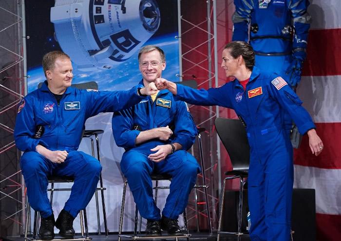 埃里克?博(左)、弗格森(中)及妮科尔?曼(右)负责试飞。