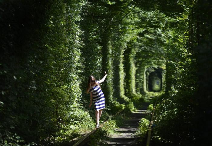 """走在该条铁路上,好像置身""""爱情隧道""""。"""