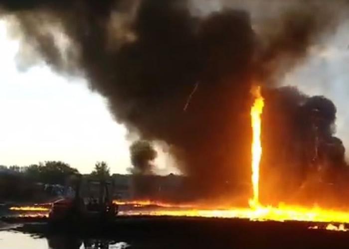 英国德比郡塑胶厂发生大火 出现一条超过15米高的火龙卷
