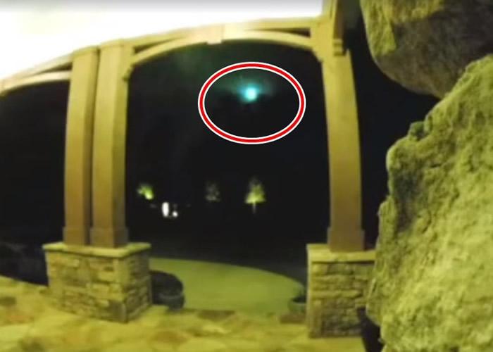 肉眼可见,火流星很耀眼(红圈示),吸引民众录影留念。