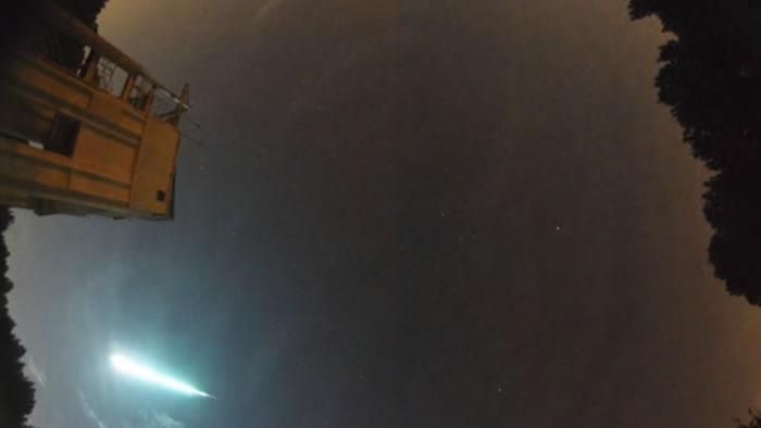 比满月亮40倍的火流星划过美国亚拉巴马州夜空
