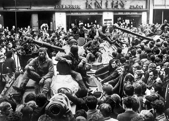 布拉格民众包围苏联坦克。