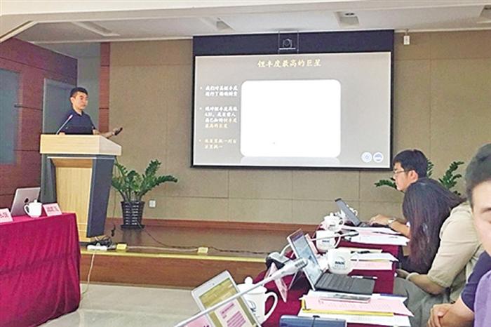 闫宏亮在介绍新近发现的富锂巨星。 沈慧 摄
