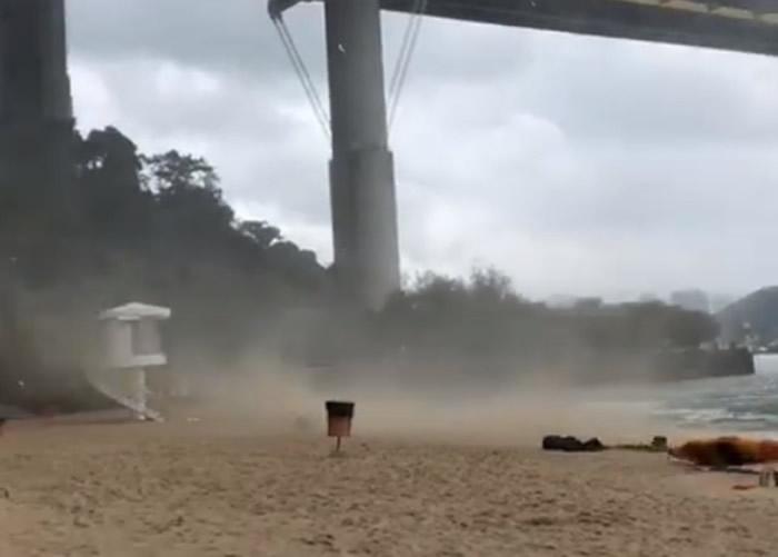 """有网民在荃湾丽都泳滩拍摄到水龙卷。(Facebook专页""""香港政府拯溺员总工会""""截图)"""