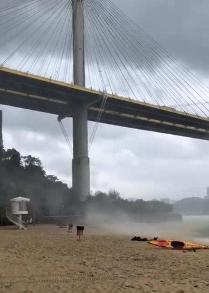 """水龙卷吹上沙滩,卷起独木舟等物件。(Facebook专页""""香港政府拯溺员总工会"""")"""