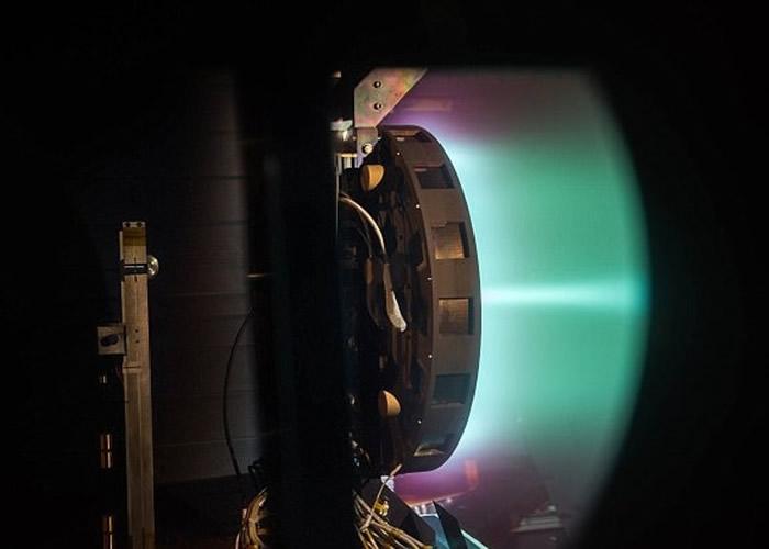 推进器透过电力及磁场,将氙离子化成为气体后排出,继而提供动力。