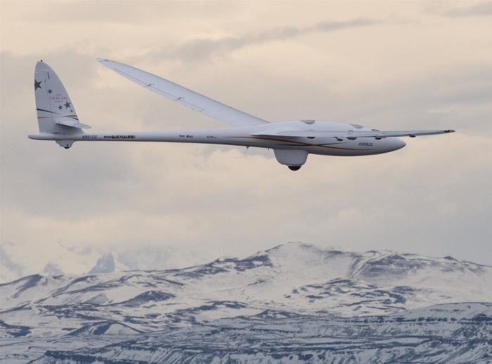滑翔机在安第斯山脉进行测试。