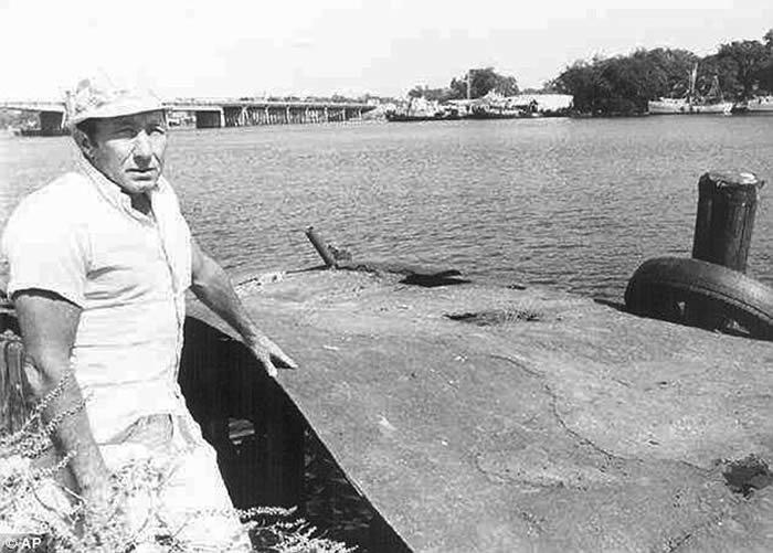 当年42岁的帕克与18岁的同事希克森在钓鱼时,短暂被外星人绑架到飞碟上。