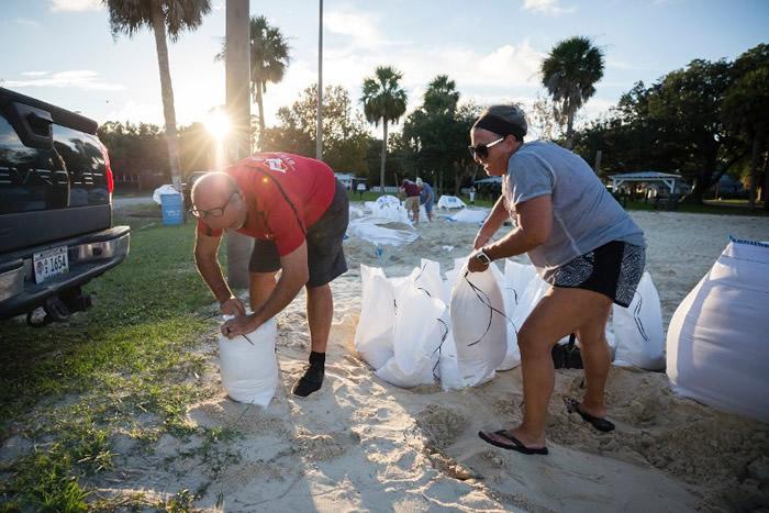 飓风佛罗伦斯逐渐迫近,泰碧岛居民加紧准备。