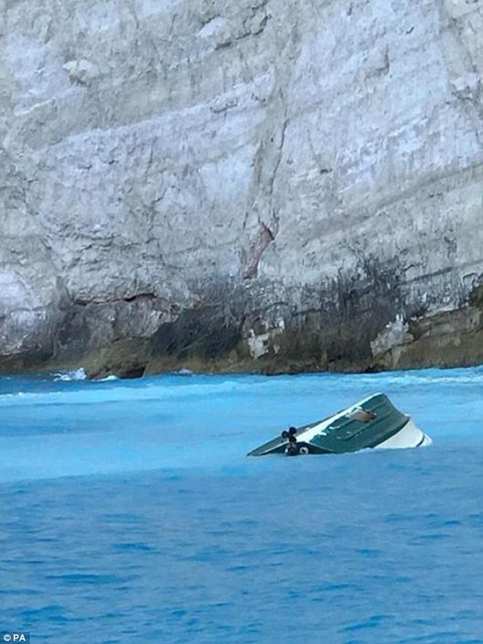 """灾难片:希腊札金索斯州""""沉船湾""""悬崖大片岩壁无预警掉落"""