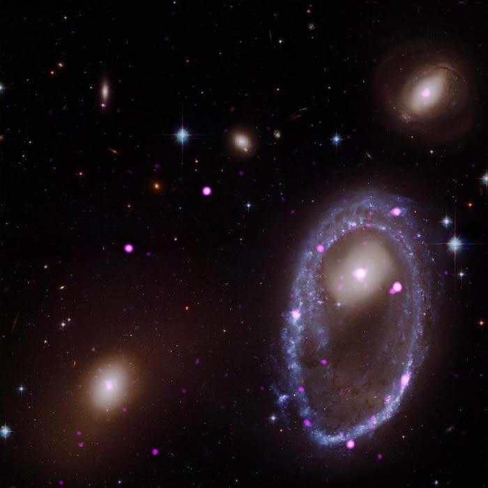 这张影像是由哈伯和钱卓(Chandra)太空望远镜所拍摄的照片合成,右侧的环形星系称为AM 0644-741,或是林赛-夏普力环(Lindsay-Shapley