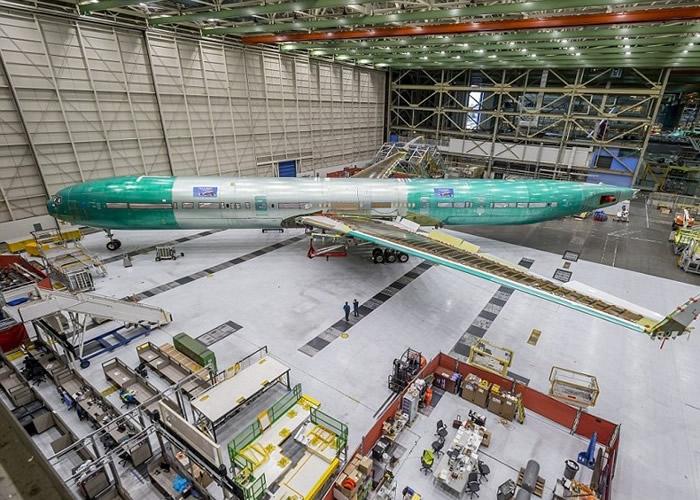 美国波音公司完成组装号称世界上最大的双引擎喷气式客机——波音777X