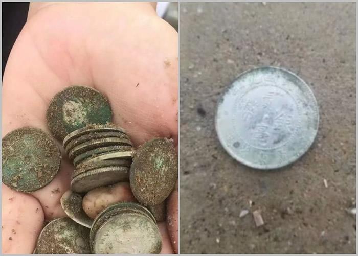 有民众在倒塌的烂屋中挖出疑为民国时期流通的银元古币。