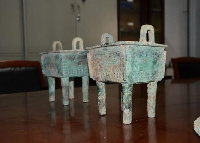 警方展示了其中两件被盗文物。