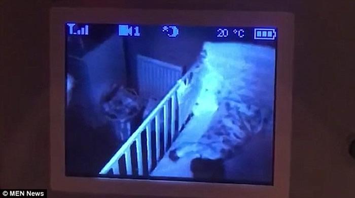 """英国诺森伯兰郡父亲打开家中监控摄录机查看时发现神秘发光球体""""站""""在小女儿床边"""