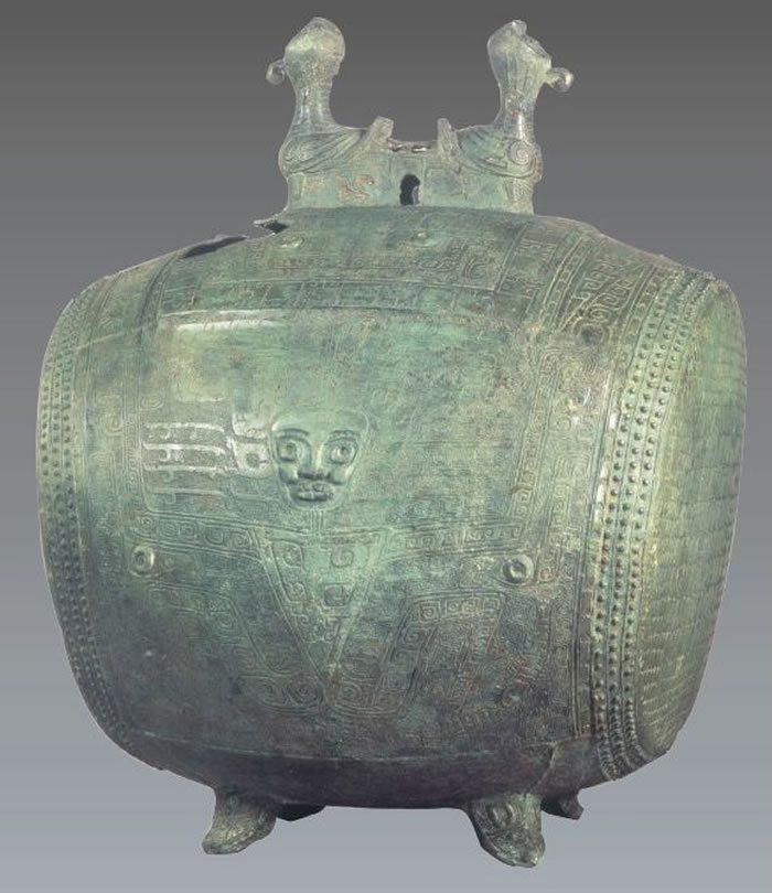"""仅存世上的两面商代兽面纹青铜鼓中另外一面为""""双鸟鼍鼓"""",流失在日本,现藏于日本京都泉屋博物馆,比崇阳发现的鼓铸造年代略晚。"""