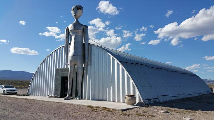 """美国内华达州51区""""绿屋""""供总统观看外星人尸体 18名来自坤吞尼亚星的外星人为政府工作?"""