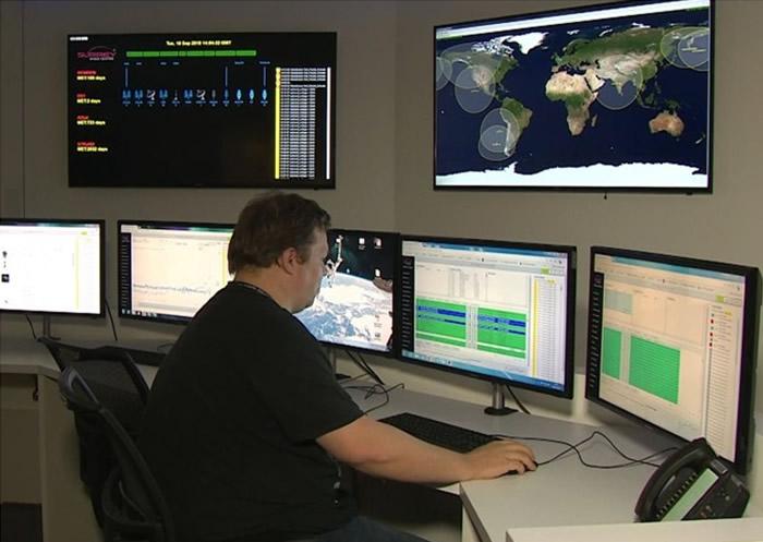 """萨里太空中心设计并生产了名为""""清除残骸""""的卫星。"""