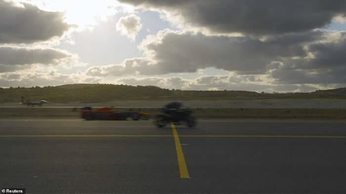 """土耳其航天科技展""""最强对最强""""赛事:摩托车、赛车、跑车、商业喷射机及战机竞速"""