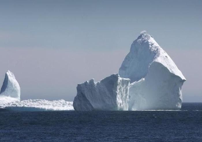 随着海洋的温度变暖,导致冰川下层开始融化,变成水后流向其他海域。