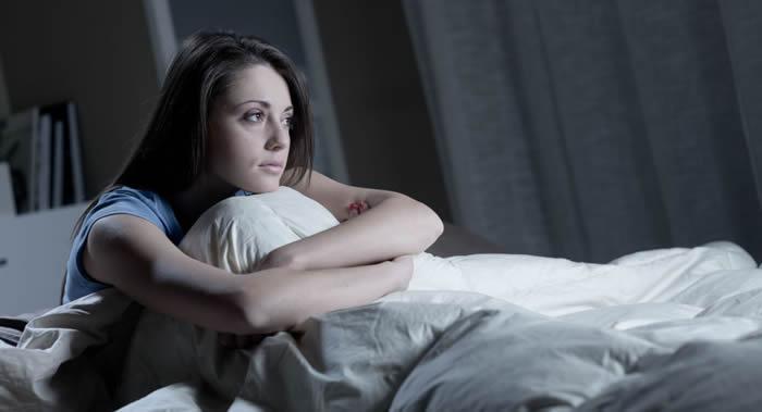 美国梅奥医院睡眠学专家发现趴着睡可能会导致一系列健康问题
