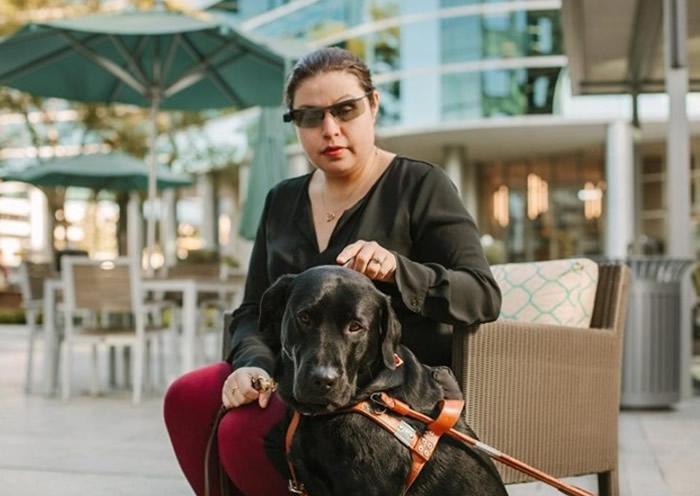 美国初创公司智能眼镜Horizon配合语音助理Chloe为视障人士引路