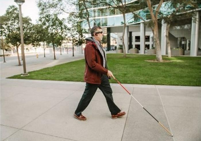 智能眼镜配合语音助理,相信能为视障人士带来方便。