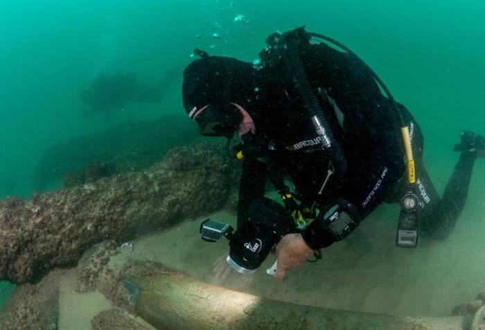 考古人员检视沉船上的遗物。
