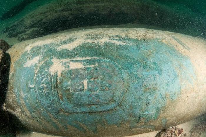 沉船上有一些刻有葡萄牙纹章的青铜制炮管。