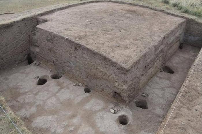 祭祀台周围的圆柱状孔洞,有木材的痕迹。