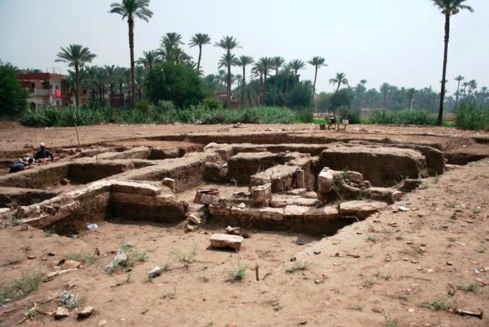 考古学家发现巨大的古代建筑遗址。
