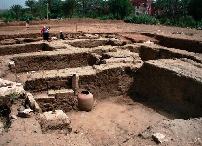 考古学家发现石灰罐等文物。