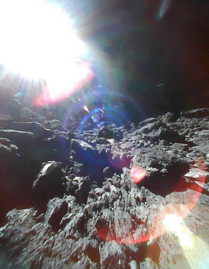 """日本""""隼鸟2号""""成功在小行星""""龙宫""""投放两个小型探测器 证表面布满石块"""